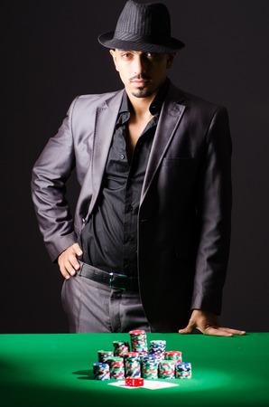texas hold em: El hombre en el casino de juego oscuro