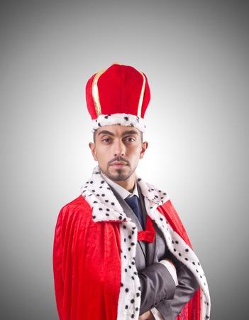 corona real: Empresario rey jugando aislado en blanco