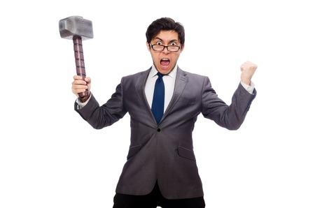 jefe enojado: Hombre de negocios que sostiene el martillo aislado en blanco