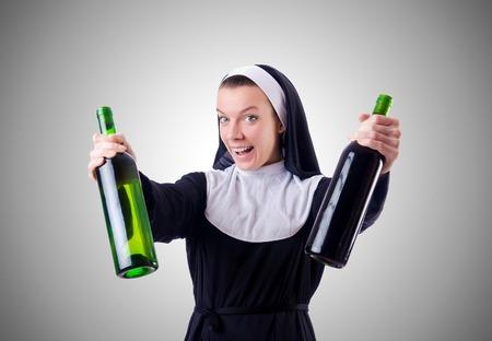 borracho: Monja con una botella de vino tinto Foto de archivo