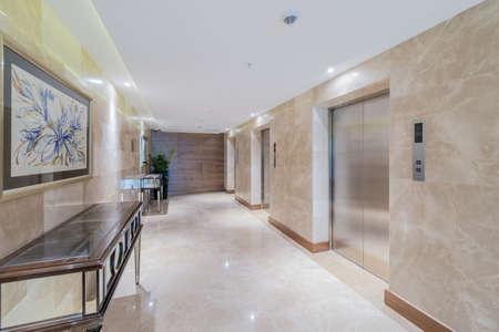 Hotellobby mit Aufzug Raum