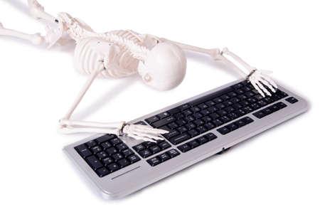 esqueleto: Funny Skeleton trabaja en el ordenador