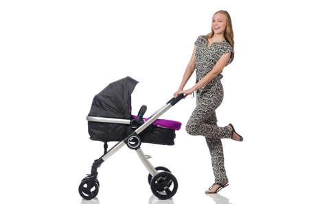 empujando: Mama feliz con su bebé en el cochecito de niño