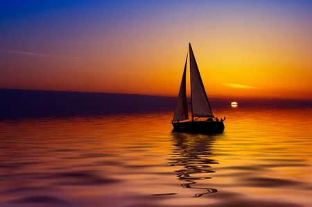 the boat on the river: Velero en contra de un hermoso atardecer