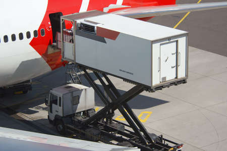 laden: Flugzeuge Entladen Fracht  Lizenzfreie Bilder
