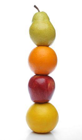 alimentacion balanceada: Pera, naranja, manzana, pomelo t�tem para una dieta equilibrada. Fondo blanco. Mira mi galer�a de m�s frutas y hortalizas frescas.
