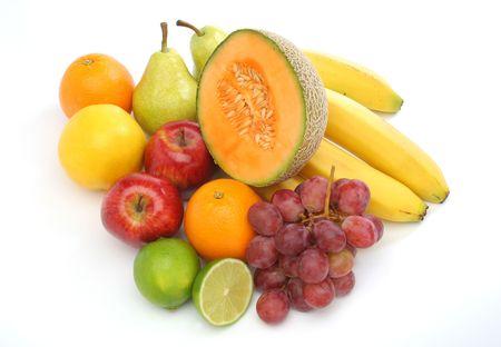 alimentacion balanceada: Colorido grupo de las frutas de una dieta equilibrada. Fondo blanco. Mira mi galer�a de m�s frutas y hortalizas frescas.
