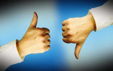 objecion: Una mano con los pulgares arriba, otra con los pulgares hacia abajo. Fondo azul.