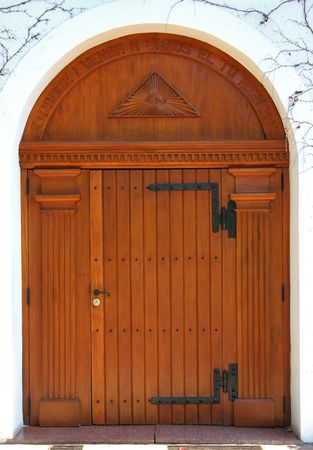 Gran puerta de madera de una iglesia. Mira mi galería de imágenes más religión  Foto de archivo - 462743