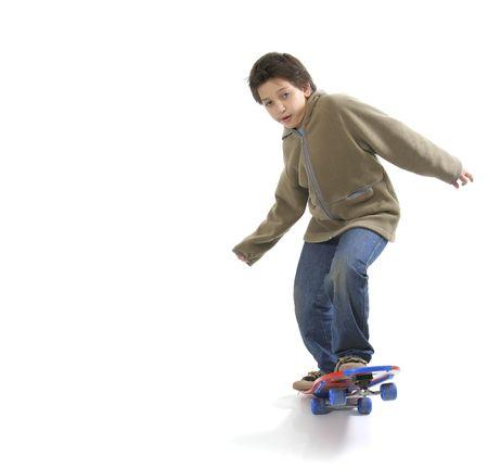 ni�o en patines: Muchacho fresco skateboarding. Muchacho lleno, fondo blanco. M�s cuadros de este modelo en mi galer�a
