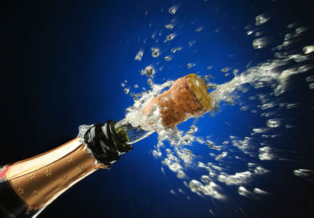 brindisi champagne: Champagne splash. Bottiglia e il tappo di sughero, celebrazione tempo  Archivio Fotografico