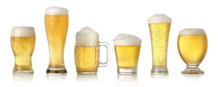 Verschiedene Gläser kaltes Bier Lager isoliert auf weißem