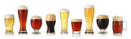 Verschiedene Gläser verschiedene Biere, isoliert auf weißem Standard-Bild