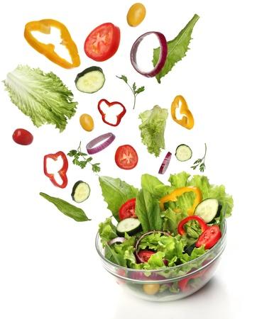 Fallende frischem Gemüse Gesunder Salat isoliert