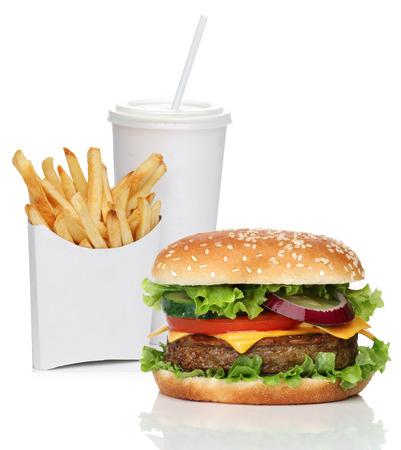 Hamburger mit französisch frites und einem Cola-Getränk, isoliert auf weiß Standard-Bild