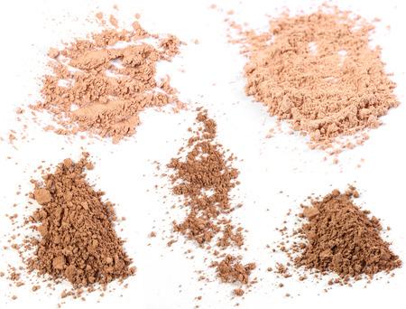 maquillaje de ojos: Primer plano de un polvo de maquillaje en el fondo blanco Foto de archivo