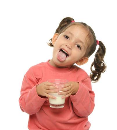 sacar la lengua: Embarazo disfrutando de un vaso de leche fresca