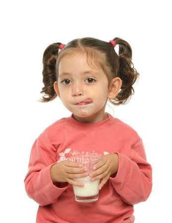 sacar la lengua: Ni�o que goza de un cristal de leche fresca