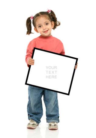 ni�os sosteniendo un cartel: Ni�o que lleva a cabo una muestra vac�a sobre un fondo blanco