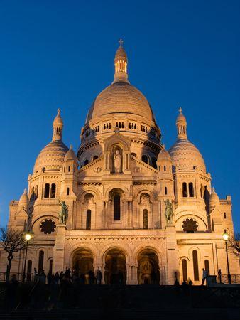 coeur: De algemene opvatting van de Sacre Coeur Basiliek bij schemering - Montmartre, Parijs, Frankrijk Stockfoto