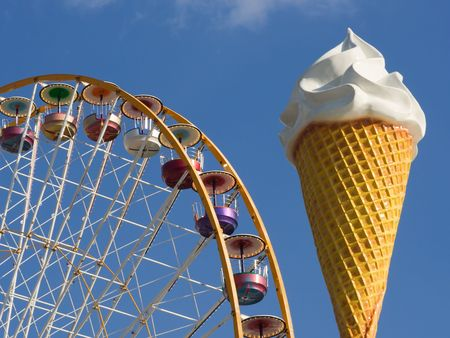 trone: Giant ice cream cone in front of a ferris wheel at the Vincennes fair (Foire du Trone) - Paris, France Stock Photo