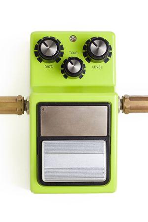amplification: Une p�dale d'effets de distorsion de guitare avec des bouchons d'entr�e et de sortie isol� sur un fond blanc