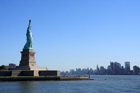 lady liberty: Lady Liberty en la Isla Libertad, con Manhattan en el fondo - la ciudad de Nueva York, EE.UU.