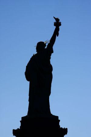 lady liberty: Retroiluminada silueta de Lady Liberty m�s de un cielo azul - la ciudad de Nueva York, EE.UU.