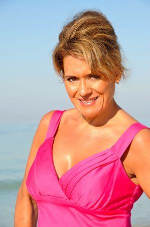 donne mature sexy: Donna attraente sulla spiaggia in un abito estivo