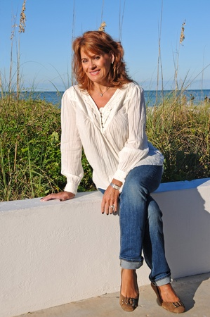 pelirrojas: Mujer Atractiva Sentado en la pared Foto de archivo