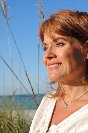 donne mature sexy: Donna attraente sulla spiaggia