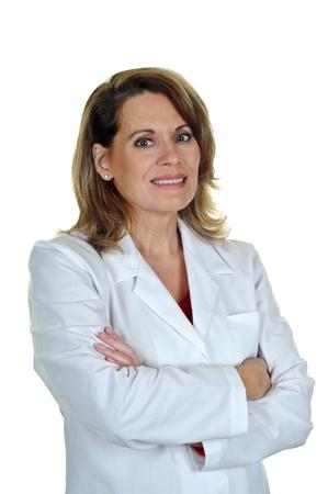 lab coat: Mujer Profesional El uso de una bata de laboratorio con los brazos cruzados Foto de archivo
