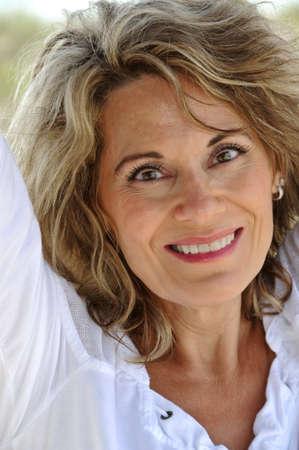 mujeres mayores: Casual Retrato al aire libre de una mujer atractiva