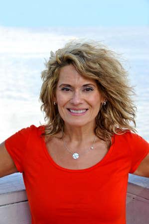 edad media: Retrato al aire libre de una mujer atractiva Edad Media con una camisa roja Foto de archivo