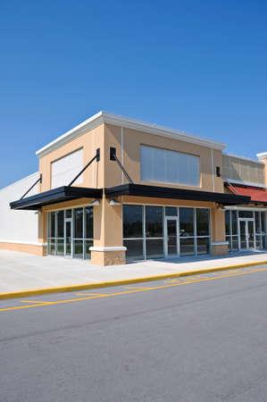 commercial real estate: Fachada frontal de un edificio comercial moderno