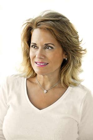 yaşları: Beyaz Top giyen Güzel Olgun Kadın Açık Portresi