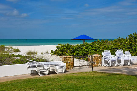 private access: View of the Ocean and White Sandy Beach from the lawn of a Resort with private access to the Beach Stock Photo