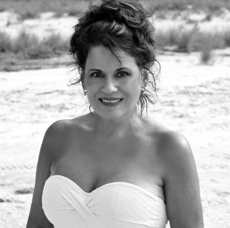 mooie vrouwen: Black and White Outdoor Portret van een mooie rijpe vrouw op het strand.
