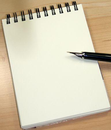 stylo et un bloc-notes