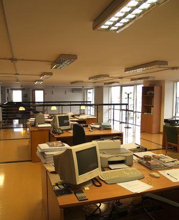Vide atelier avec plusieurs tables chaises ordinateurs  Banque d'images