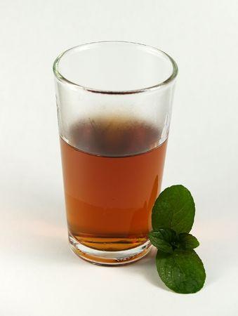 congelés en verre brun liqueur de menthe avec deux lames