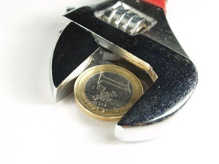wrentch clé avec des pièces en euros dans un fond blanc