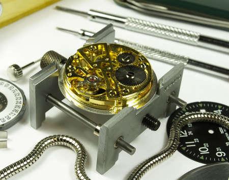 ouvert horloge machine et plusieurs outils d'horlogerie