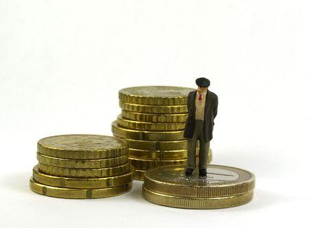 petit chiffre vieil homme et pièces en euros sur un fond blanc