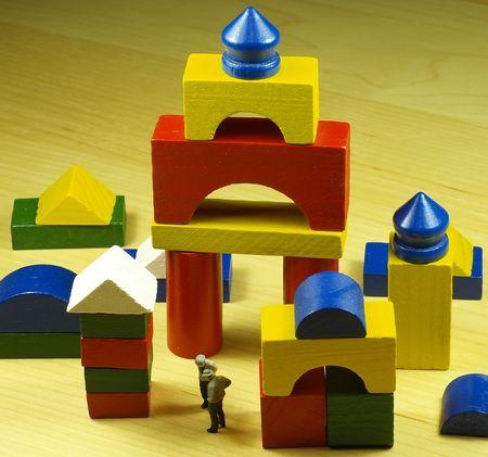 pièces colorées en bois jeu de construction avec deux petit homme antique chiffres