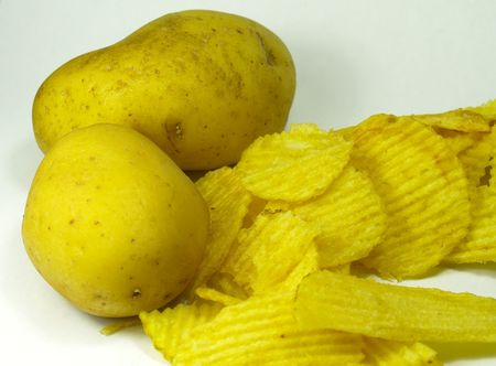 deux patates et les jetons sur un fond blanc