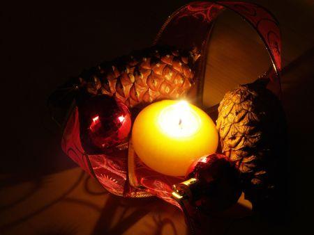 Décoration de Noël bougie pomme de pin et de rubans