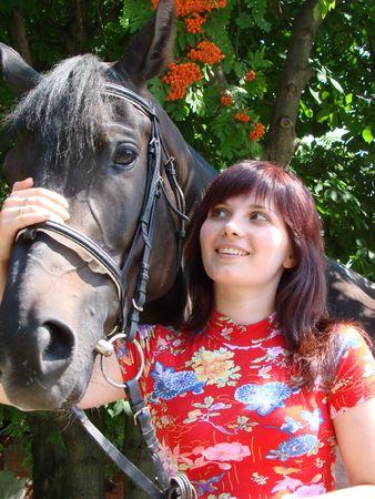 caballo negro: Joven morena modelo con caballo negro bajo rowan �rbol 03