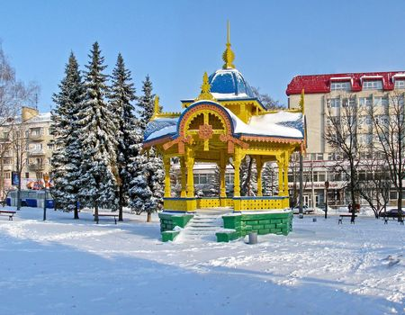 tuinhuis: Stad Sumy, Oekraïne Initiaal. Oud-Aged Houten Summer-huis genaamd Altanka