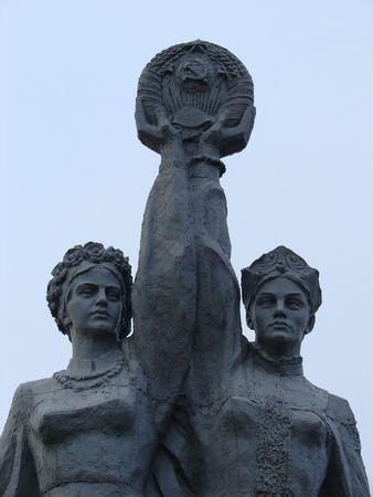 fraternit�: Sovi�tique, la sculpture, en Sumy, Ukraine consacr�e ukrainien-russe d'amiti� et de fraternit� Banque d'images